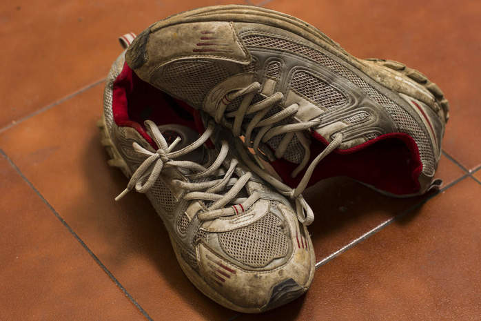 how to clean smelly sneakers
