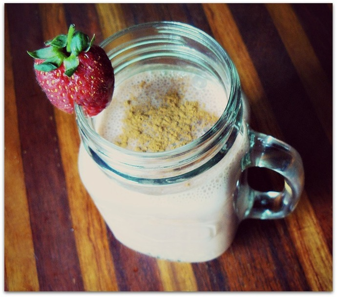 smoothie recipe, vegan smoothie, vegan recipe, strawberry smoothie, strawberry cacao smoothie, strawberry cacao smoothie ingredients, chocolate strawberry smoothie, banana, dates, strawberries, almond milk